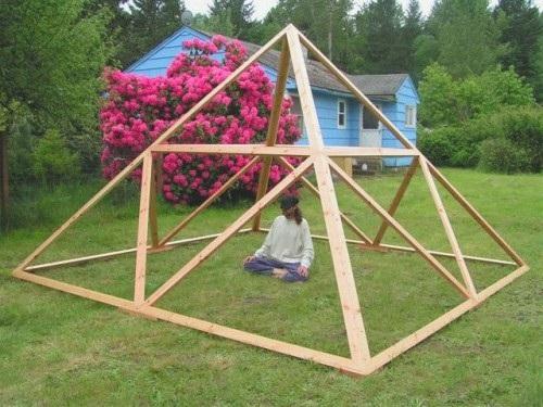 пирамида на садовом участке
